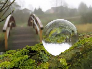Die Welt durch eine Glaskugel sehen